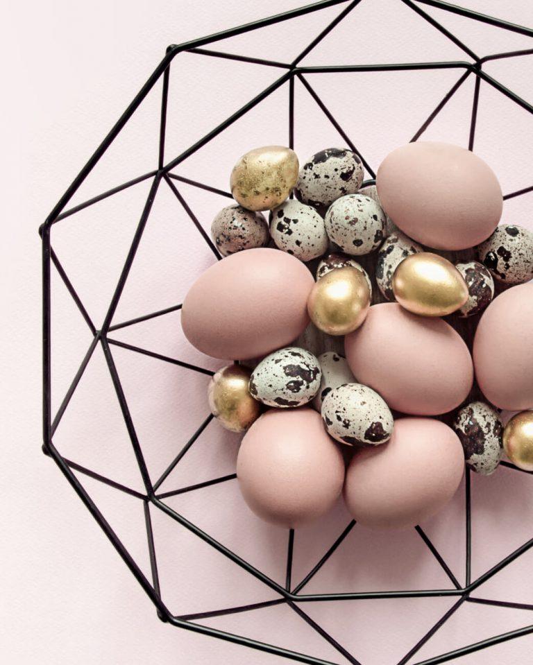 Schwarze Dekoschale mit rosanen, goldenen und schwarzgrünen Eiern