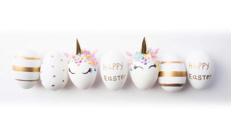 Dekorierte Eier verziert als Einhorn, mit goldener Osterbeschriftung, Punkten oder Streifen