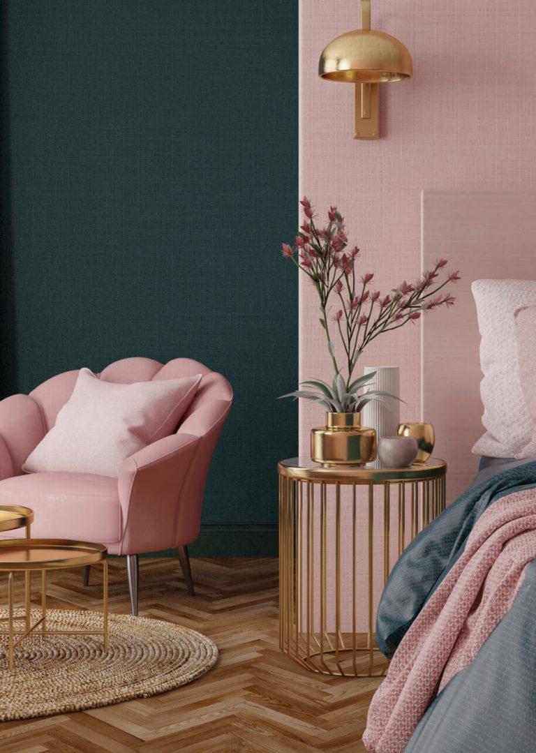 Rosa Sessel vor grüner und rosa Wand mit goldener Lampe und Tischchen