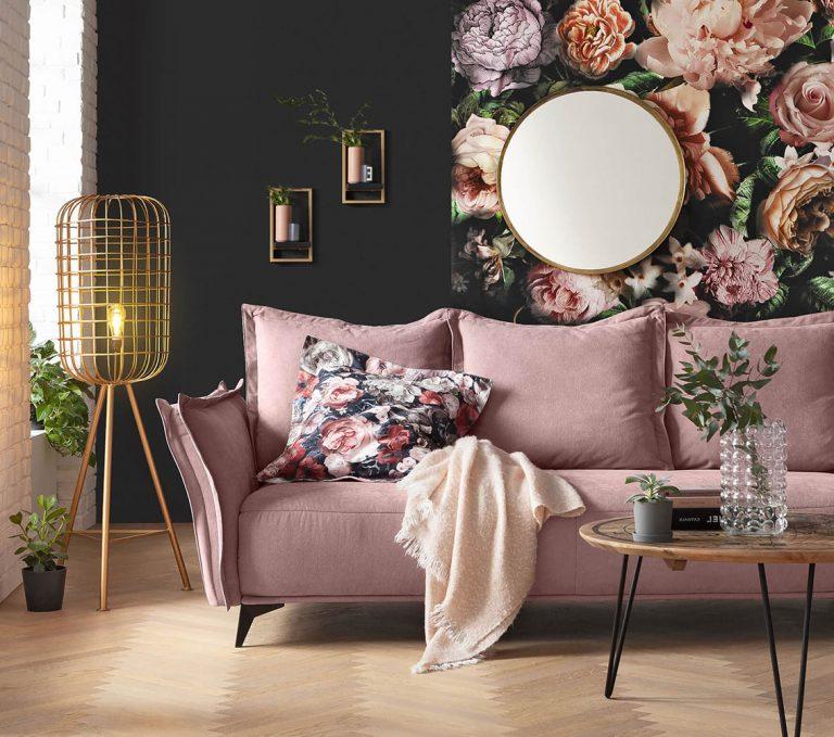 Rosa Sofa, goldene Lampe, schwarze Wände, Blumentapete und Spiegel