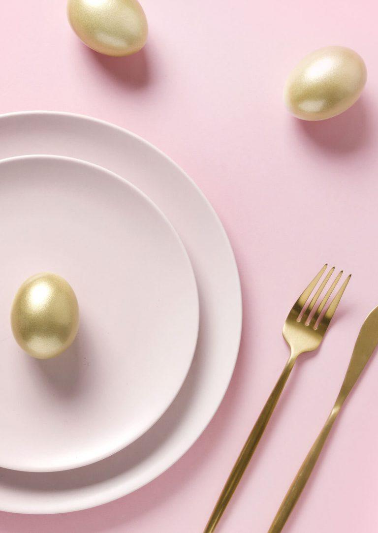 Riosa Teller und Unterteller, goldene Eier und goldenes Besteck