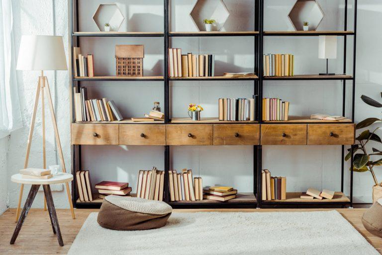 Bücherregal aus Holz und Metall