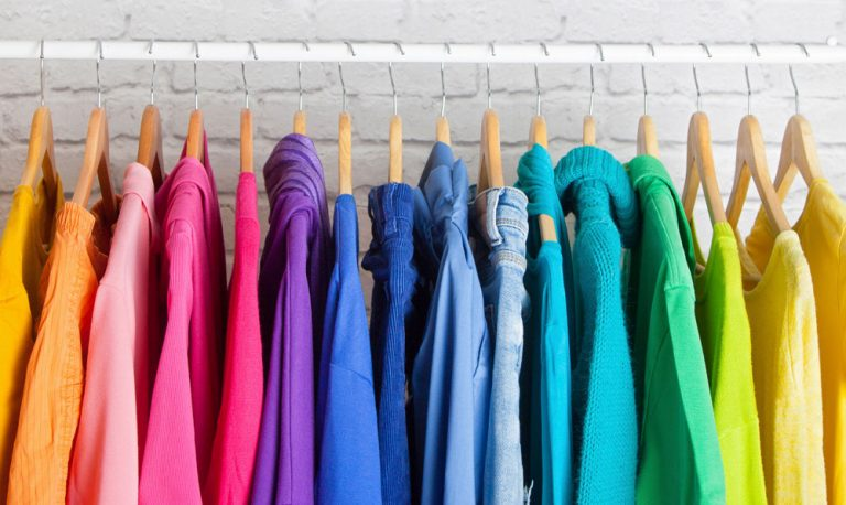 bunte Kleidung auf Kleiderbügeln