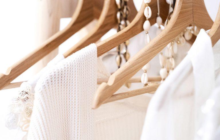 Ausschnitt weiße Kleidung auf Kleiderbügeln