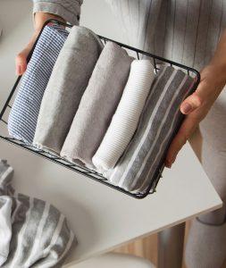 gefaltete Textilien in Drahtkorb