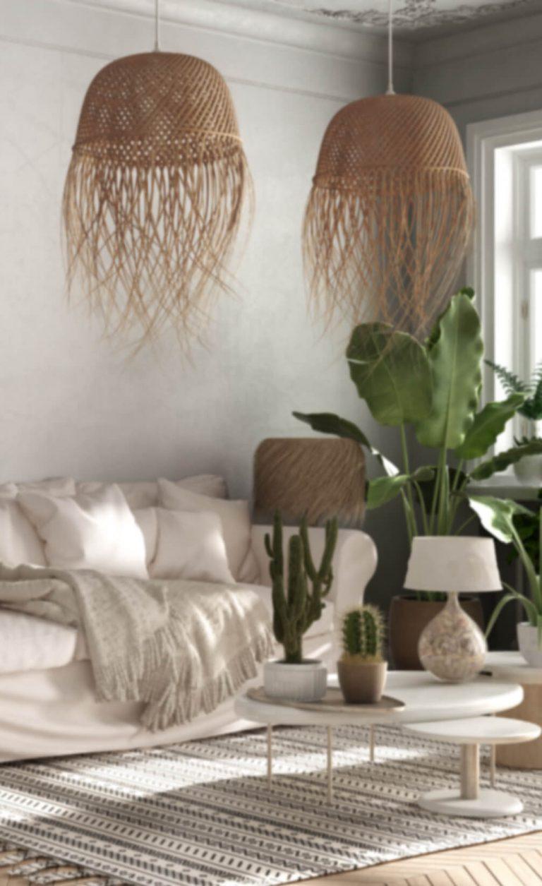 Zimmer mit Bast-Lampen, hellem Sofa und Zimmerpflanzen