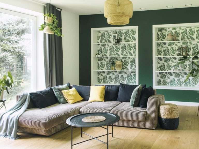 Cord-Sofa mit Deko-Kissen