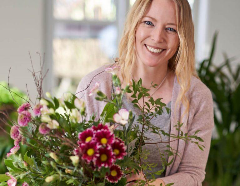Elly mit Blumen in der Hand
