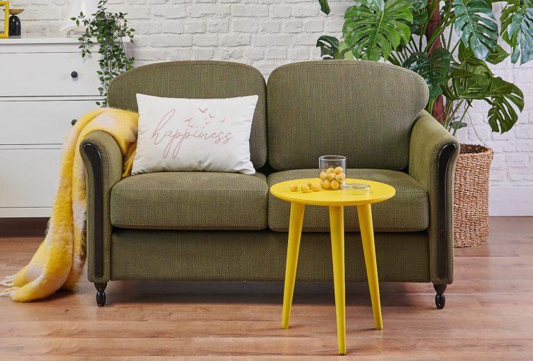 Grünes Sofa mit Kissen