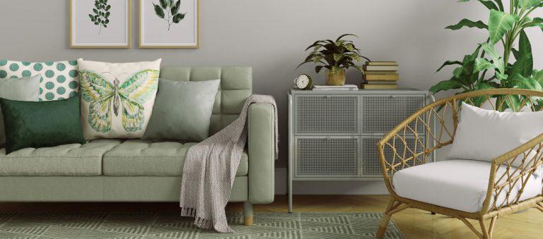 Grünes Sofa mit Kissen und Decke
