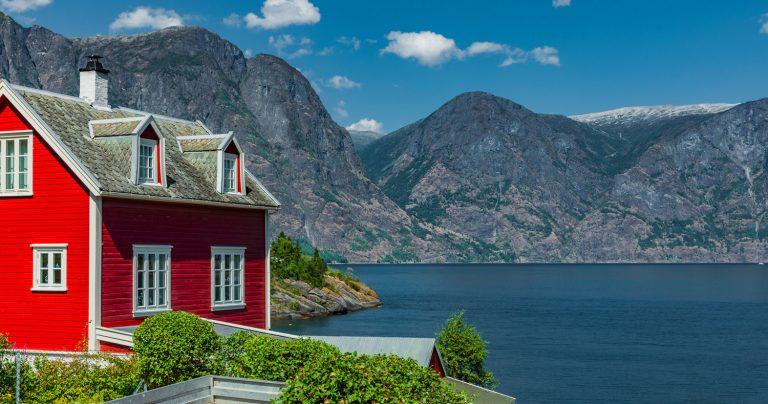 Rotes Haus am Aurlandsfjord in Norwegen