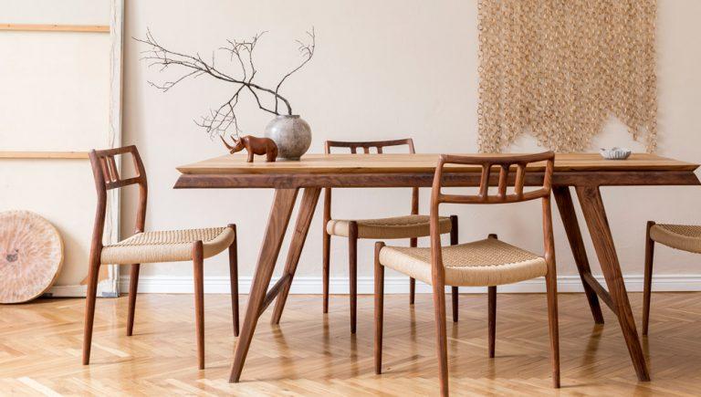 großer Esstisch mit Stühlen aus Holz