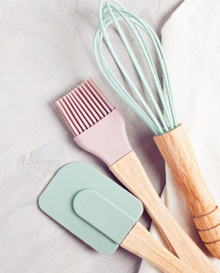 Küchenutensilien in Pastell