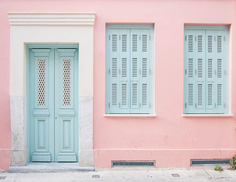 Hauseinangang in Pastellfarben in Griechenland