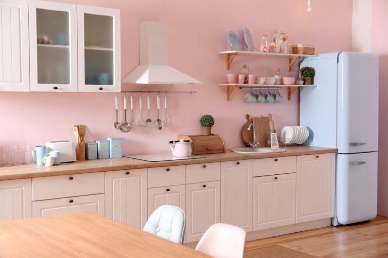 Küchenzeile im Landhausstil mit Pastellfarben