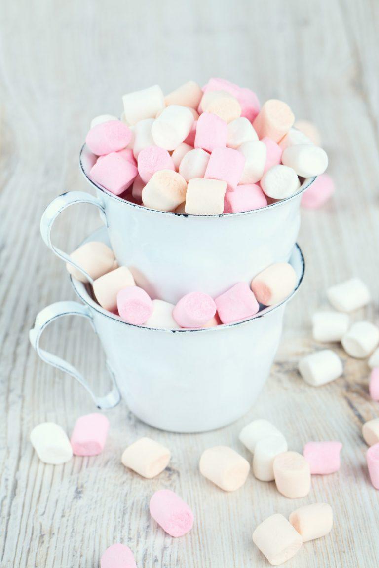 Marshmallows in Tasse aus Metall