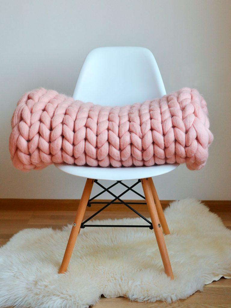 Stuhl auf hellem Dekofell mit Decke