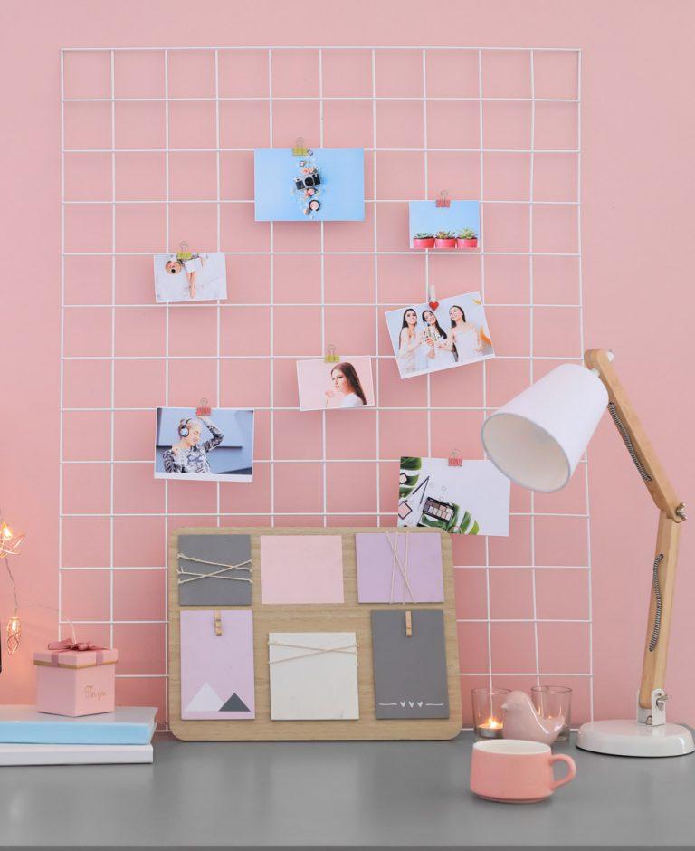 Pinnwand mit Fotos, Notizboard und Tischlampe