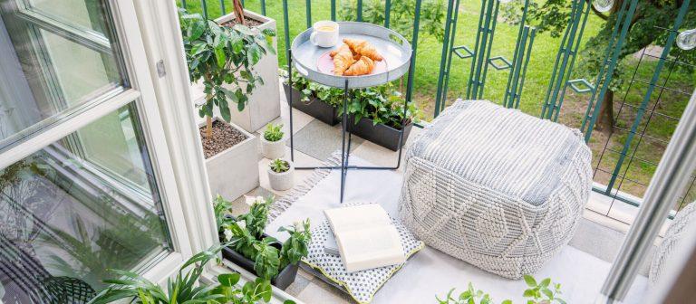 Balkon mit Hocker und Tablett mit Croissants