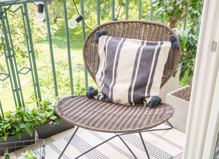 Stuhl mit Kissen auf dem Balkon