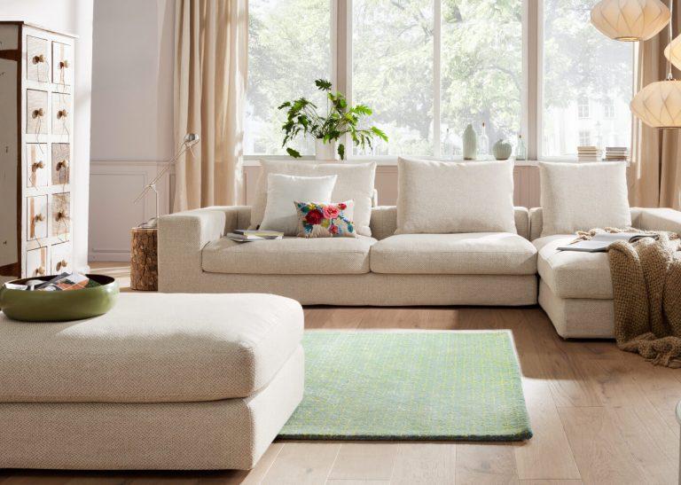 Helles grob gewebtes Sofa