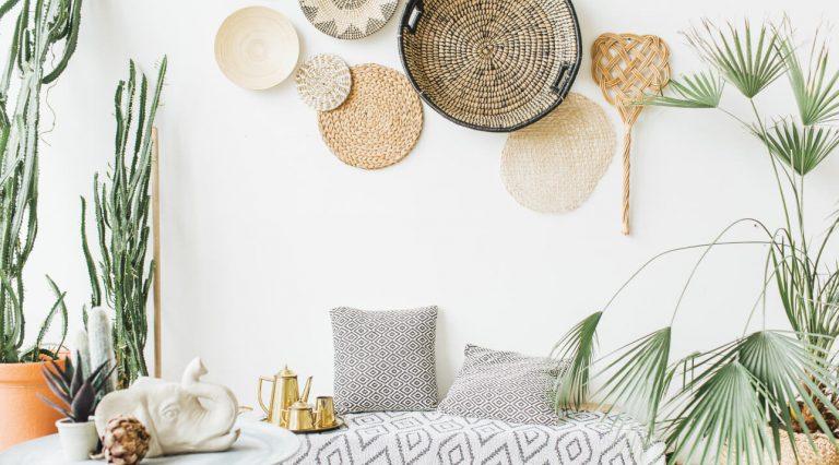 Wandgestaltung aus flachen Schalen und Tischsets