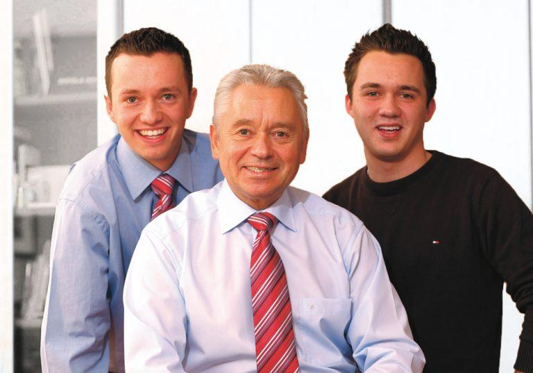 Wolfang Schulze mit seinen beiden Söhnen
