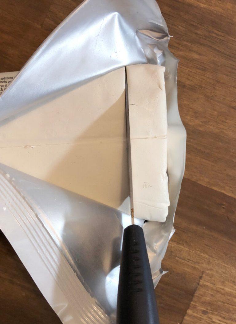 Modelliermasse mit mit Messer abgeschnitten
