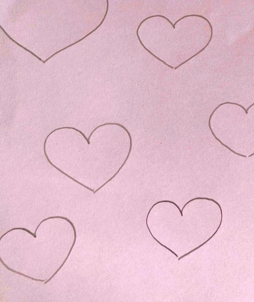 Pappe mit gezeichneten Herzen