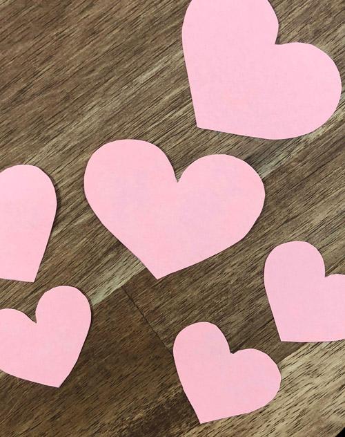 ausgeschnittene Herzen aus Pappe