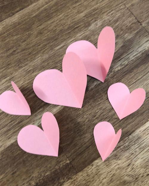 Herzen aus Pappe mittig gefaltet