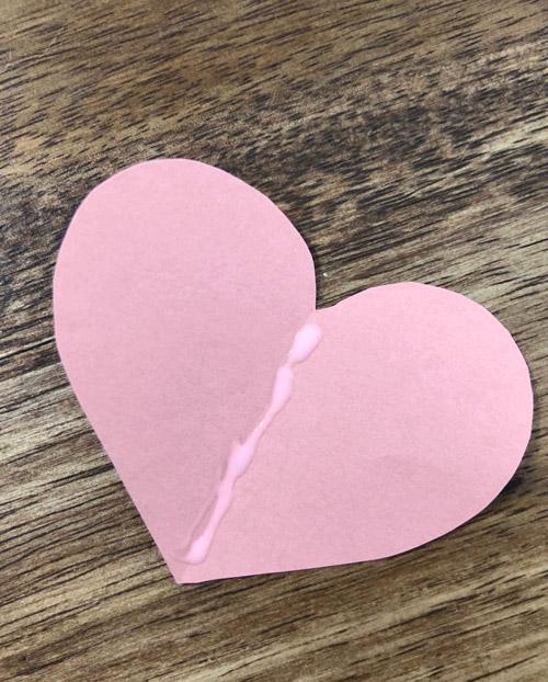 Herz aus Pappe mit Klebespur