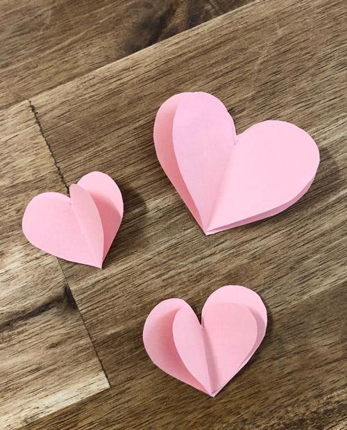 mehrere Herzen aus Pappe mittig gefaltet