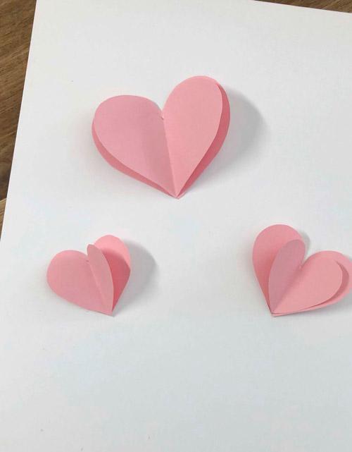 Herzen aus Pappe auf Karte geklebt