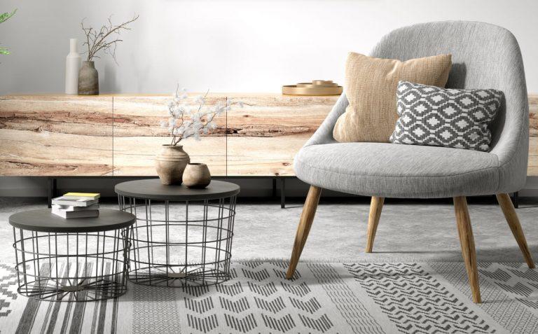 Holzsideboard und grauer Sessel mit Holzfüßen