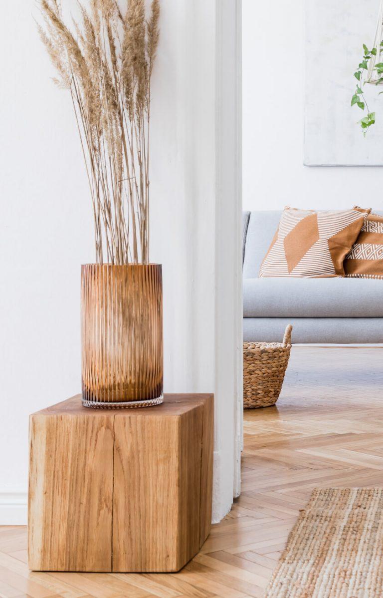 Holzwürfel mit Dekovase