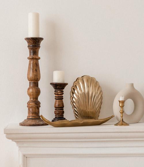 Kerzenständer und weitere Deko auf Kaminsims