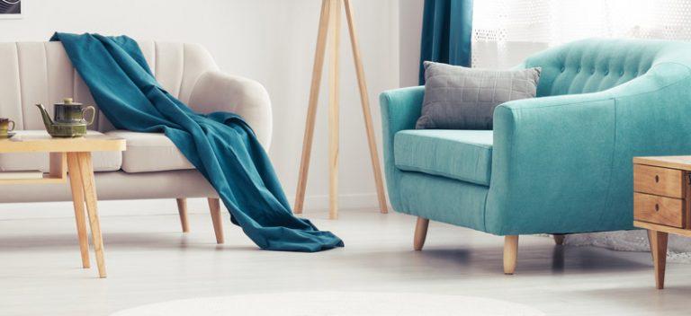 helles Sofa und türkiesfarbener Sessel