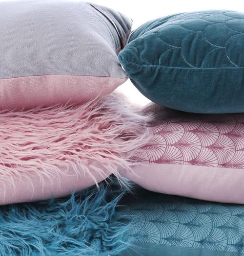 Kissen gestapelt in blau und rosa