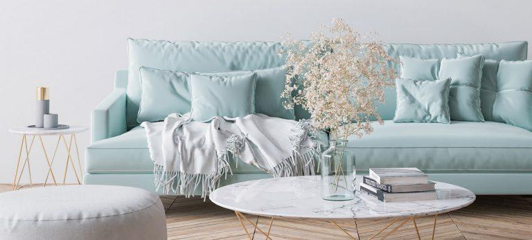 gemütliches Sofa in Pastellfarben