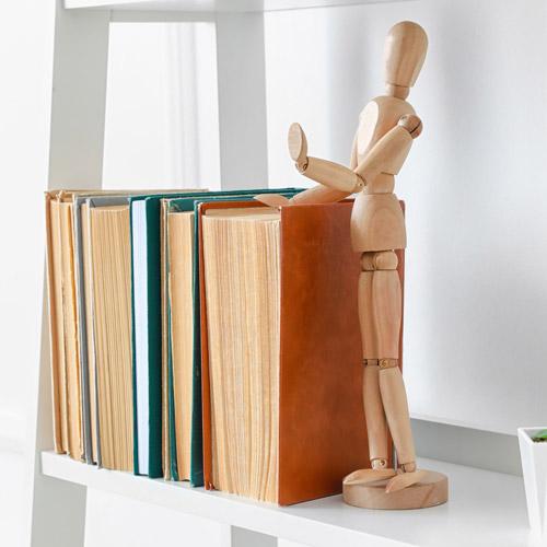 Bücher stehend im Regal