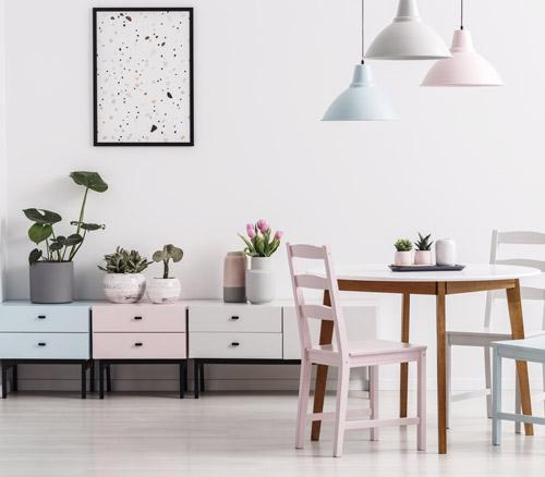 Stühle, Sideboard in Pastellfarben