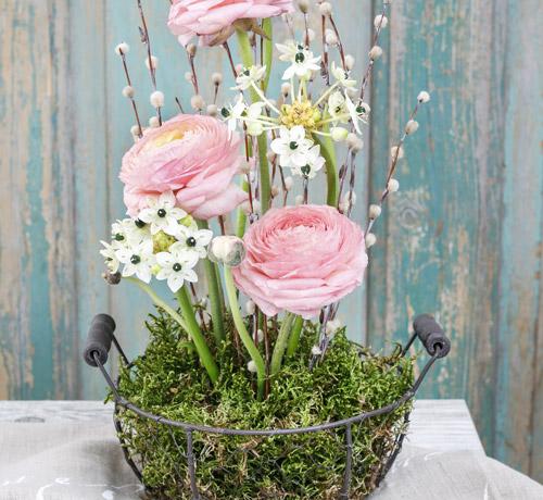 fertiges Moosgesteck mit Blumen