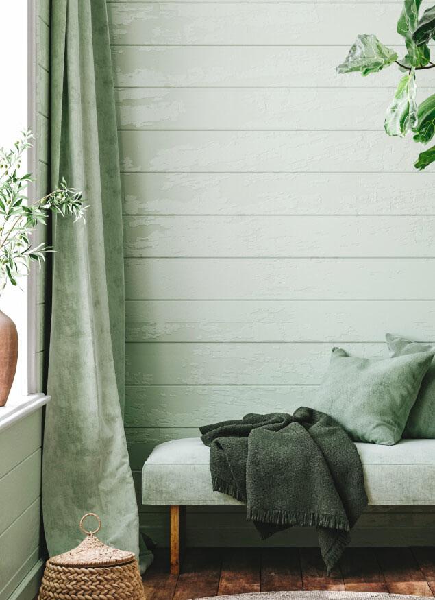 Wandvertäfelung aus Holz mit Sofa und passenden Gardinen