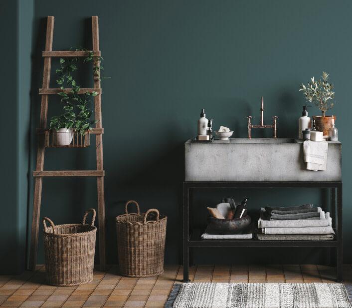 Dunkelgrüner Raum mit Holzleiter und Körben davor