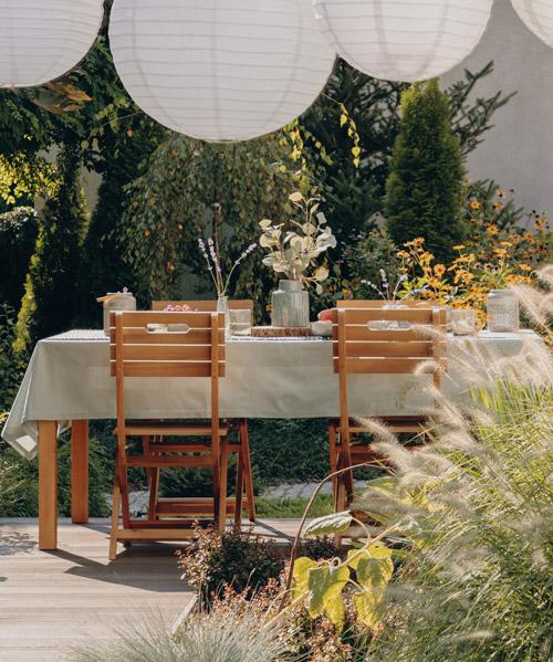 Tisch im Garten im Sommer mit Lampions