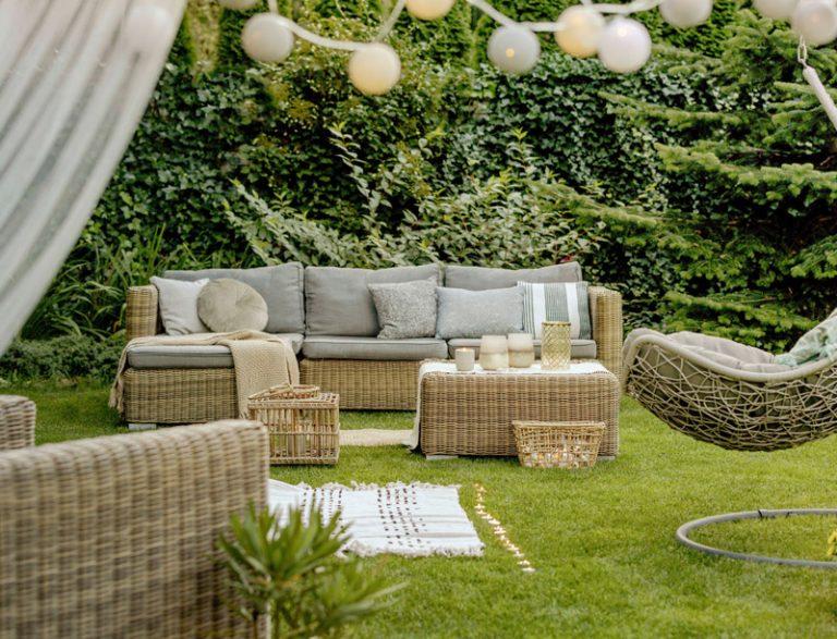 gemütliches outdoor Sofa auf einer Wiese