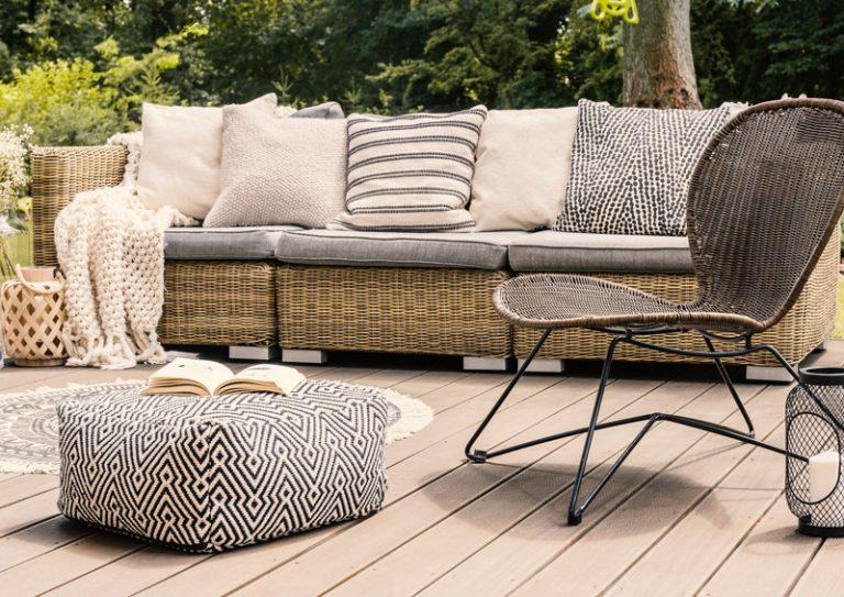 gemütliches Outdoor Sofa mit vielen Kissen
