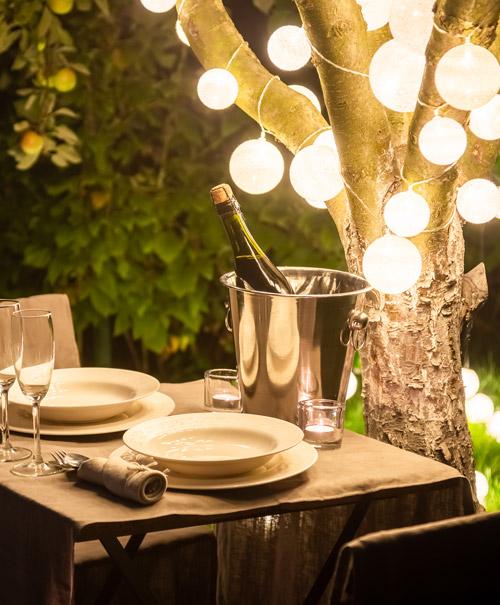 gedeckter Tisch, draußen, romantische Stimmung