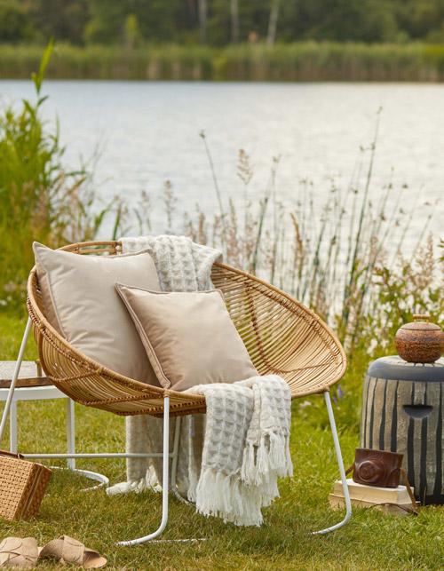 Sessel mit Deko an einem See